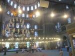 Ruang utama, ciri khas masjid Istanbul, lampu gantung