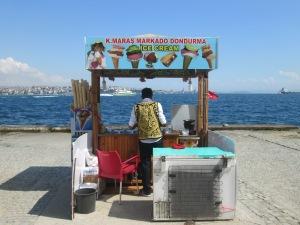 Penjual Es Krim di Pantai Selat Bosphorus