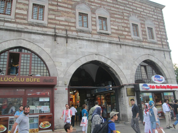 Gerbang masuk Spice Bazar, Tepat didepan yeni Camii