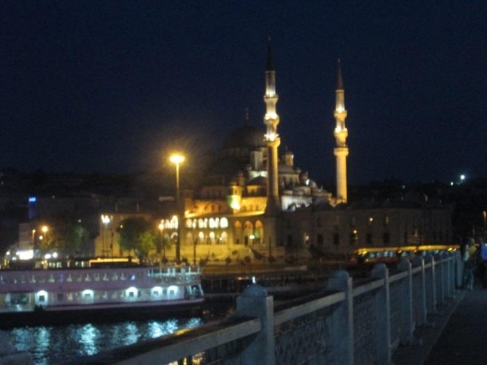 Indahnya Yeni Camii di Malam Hari