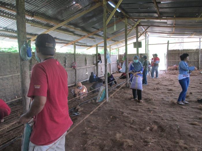 Aktivitas MAsyarakat di PT. Ridho Bersama rumah pembuatan coconet